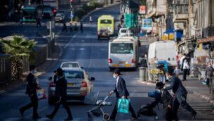 حريديم يسيرون في شوارع القدس، 19 أكتوبر، 2020.  (Yonatan Sindel/Flash90)