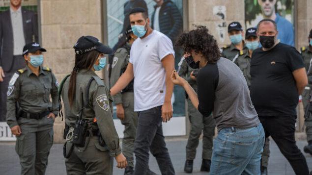 عناصر من شرطة الحدود الاسرائيلية يقومون بدوريات في شارع يافا وسط مدينة القدس مع خروج اسرائيل من إغلاق كورونا وتخفيف القيود، 21 أكتوبر، 2020. (Nati Shohat / Flash90)