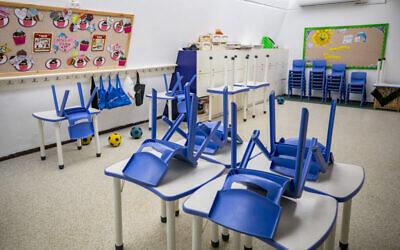 فصل دراسي فارغ في مدرسة في حي بيت هكيرم في القدس، 21 أكتوبر 2020 (Olivier Fitoussi / Flash90)