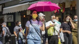 إسرائيليون يتسوقون في سوق محانيه يهودا في القدس، 22 أكتوبر، 2020. (Olivier Fitoussi / Flash90)