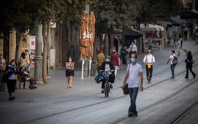 اشخاص في شارع يافا وسط مدينة القدس، 26 أكتوبر، 2020. (Yonatan Sindel / Flash90)
