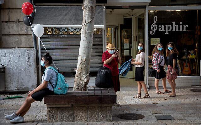 أشخاص يسيرون في وسط مدينة القدس، 28 أكتوبر، 2020. (Nati Shohat / Flash90)