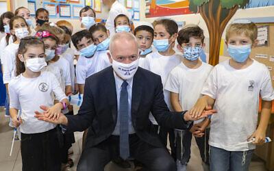 وزير التربية والتعليم يوآف غالانت يزور طلاب المدارس في اليوم الأول من العام الدراسي في ميفو حورون، 1 سبتمبر 2020 (Marc Israel Sellem / Pool / AFP)