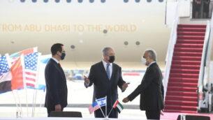 وزير الخزانة الأمريكي ستيفن منوشين (إلى اليسار)، ورئيس الوزراء بنيامين نتنياهو (وسط)، ووزير الدولة للشؤون المالية الإماراتي عبيد حميد الطاير (يمين) في مطار بن غوريون، 20 أكتوبر، 2020. (Amos Ben Gershom / GPO)