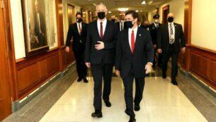 وزير الدفاع الامريكي مارك إسبر مع وزير الدفاع بيني غانتس في البنتاغون، واشنطن، 22 سبتمبر 2020 (Shmulik Almani / Defense Ministry)
