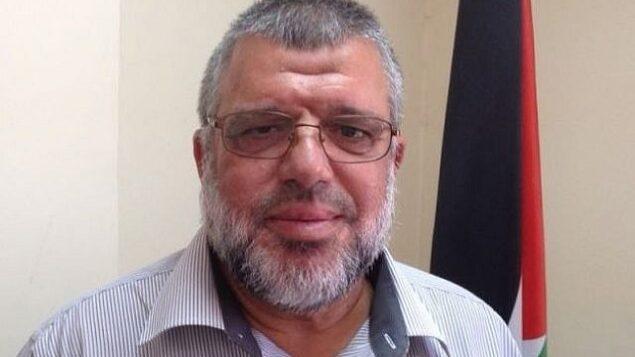 القيادي في حركة حماس حسن يوسف في مكتبه برام الله، 30 يوليو، 2015. (Elhanan Miller / Times of Israel)