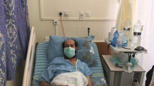 ماهر الأخرس ، أسير أمني يبلغ من العمر 49 عاما، أثناء إضرابه عن الطعام في مستشفى كابلان في رحوفوت، 8 أكتوبر، 2020. (Aaron Boxerman / Times of Israel)