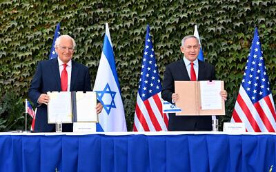 سفير الولايات المتحدة الأمريكية لدى إسرائيل ديفيد فريدمان ورئيس الوزراء بنيامين نتنياهو يوقعان اتفاقيات لتعزيز التعاون العلمي والتكنولوجي بين البلدين في حفل خاص أقيم في جامعة أرئيل، 28 أكتوبر 2020 (Matty Stern/US Embassy Jerusalem)