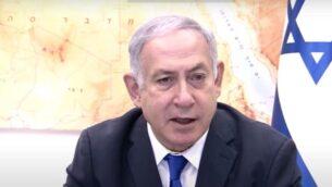 لقطة شاشة من مقطع فيديو لرئيس الوزراء بنيامين نتنياهو في بداية الجلسة الأسبوعية للحكومة، 18 أكتوبر 2020 (YouTube)