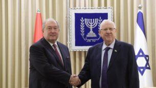 الرئيس رؤوفين ريفلين (من اليمين) مع الرئيس الأرميني أرمين سركيسيان في مقر رؤساء إسرائيل في القدس، 26 يناير، 2020. (Amos Ben Gershom / GPO)