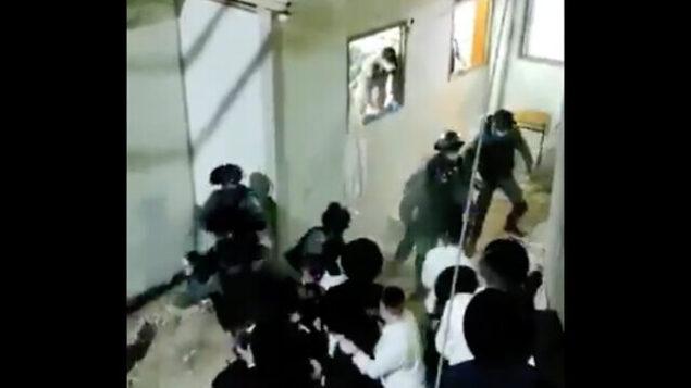 اشتباكات بين الشرطة ومصلين حريديم في موديعين عيليت، 8 أكتوبر، 2020.(Screenshot/Ynet)