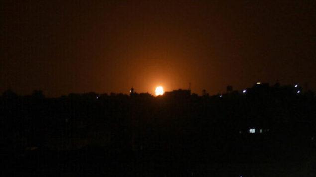 توضيحية: ألسنة اللهب في أعقاب غارة جوية إسرائيلية على بلدة دير البلح وسط قطاع غزة، 20 أكتوبر، 2020. (Said Khatib / AFP)