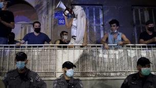 متظاهرون يتظاهرون ضد رئيس الوزراء بنيامين نتنياهو في تل أبيب، 6 أكتوبر، 2020. (Gili Yaari / Flash90)