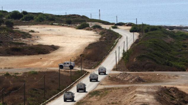 قافلة من قوة حفظ السلام التابعة للأمم المتحدة (يونيفيل) تسيّر دوريات بالقرب من الناقورة، في لبنان بالقرب من حدودها مع إسرائيل، قبل مفاوضات بين البلدين في المنطقة ، 13 أكتوبر 2020 (Mahmoud Zayyat/AFP)