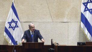 رئيس الوزراء بنيامين نتنياهو يلقي كلمة أمام الكنيست قبل التصويت على التصديق على اتفاقية التطبيع الإسرائيلية مع الإمارات العربية المتحدة. (Gideon Sharon/Knesset Spokesperson)