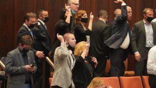 أعضاء كنيست من المعارضة يعبرون عن غضبهم بعد أن ألغى رئيس الكنيست ياريف ليفين تصويتا يدعو للتحقيق في قضية الغواصات، 21 أكتوبر 2020 (Shmulik Grossman / Knesset)