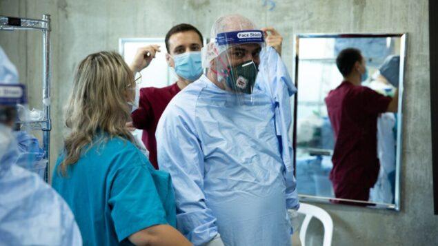 الطاقم الطبي للجيش الإسرائيلي يستعد لفتح جناح فيروس كورونا في مركز رامبام الطبي في حيفا في صورة غير مؤرخة. (Israel Defense Forces)