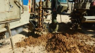 تظهر هذه الصورة التي نشرها الجيش الإسرائيلي في 20 أكتوبر، 2020، جنودا يعملون على طول الحدود مع جنوب قطاع غزة، بعد العثور على نفق يمتد إلى داخل الأراضي الإسرائيلية في المنطقة. (Israel Defense Forces)