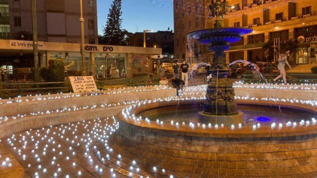 نصب تذكاري مكون من ألفي شمعة في ساحة باريس بالقدس تخليدا لأرواح الإسرائيليين الذين فقدوا في جائحة فيروس كورونا، 12 أكتوبر 2020 (Darkeinu)