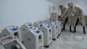 مكثفات أكسجين تستخدمها مبادرة طبية خاصة للحريديم لعلاج مرضى فيروس كورونا في منازلهم، دون علم السلطات، أكتوبر 2020.  (Screenshot: Channel 12)