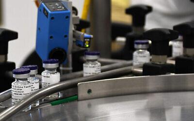 قوارير لقاح محتمل لفيروس كورونا في خط تجميع، في صورة نشرها معهد البحوث البيولوجية الإسرائيلي، 25 أكتوبر، 2020. (Israel Defense Ministry)