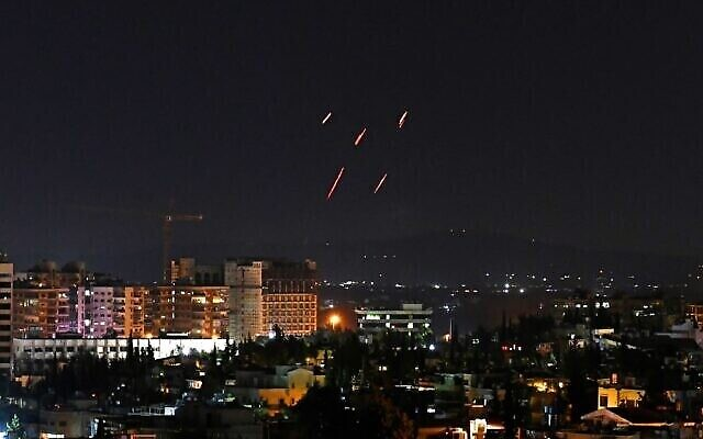 الدفاعات الجوية السورية ترد على صواريخ اسرائيلية مزعومة استهدفت جنوب العاصمة دمشق، 20 تموز، 2020. (AFP)