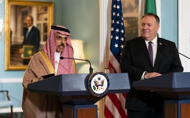 وزير الخارجية الأمريكي مايك بومبيو، يمين، يستمع إلى وزير الخارجية السعودي الأمير فيصل بن فرحان آل سعود خلال لقائهما في وزارة الخارجية، في واشنطن العاصمة، 14 أكتوبر 2020 (Manuel Balce CENATA / POOL / AFP)