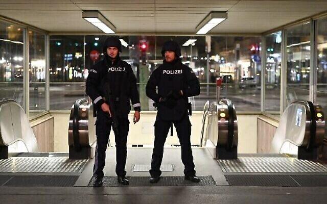 دورية مسلحة من الشرطة بالقرب من دار الأوبرا الحكومية وسط فيينا، بعد هجوم إطلاق نار، 2 نوفمبر 2020 (Joe Klamar / AFP)