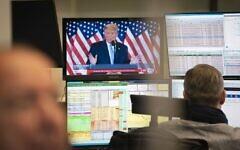 الرئيس الأمريكي دونالد ترامب يظهر على شاشة التلفزيون بينما يعمل المتداولون في البورصة في فرانكفورت أم ماين، غرب ألمانيا، 4 نوفمبر 2020 (FRANK RUMPENHORST / DPA / AFP)