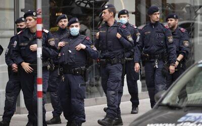 عناصر الشرطة النمساوية يواصلون اجراء دوريات بالقرب من موقع هجوم إرهابي، في فيينا، النمسا، 4 نوفمبر 2020 (JOE KLAMAR / AFP)