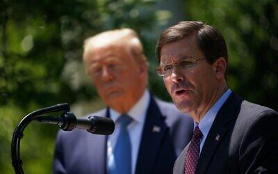 وزير الدفاع الأمريكي آنذاك، مارك إسبر، مع الرئيس الأمريكي دونالد ترامب، يتحدثان عن تطوير اللقاحات لفيروس كورونا في حديقة الورود بالبيت الأبيض في واشنطن العاصمة، 15 مايو 2020 (MANDEL NGAN / AFP)