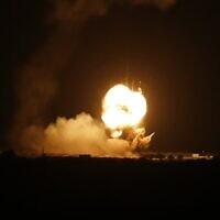 ألسنة اللهب في أعقاب غارة جوية إسرائيلية على بلدة خان يونس، جنوب قطاع غزة، 22 نوفمبر 2020 (SAID KHATIB / AFP)