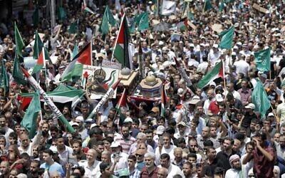 صورة توضيحية: أردنيون يحملون نموذجا لقبة الصخرة خلال مظاهرة في عمان ضد الإجراءات الأمنية الإسرائيلية الجديدة في الحرم القدسي، 21 يوليو 2017 (AFP Photo / Khalil Mazraawi)