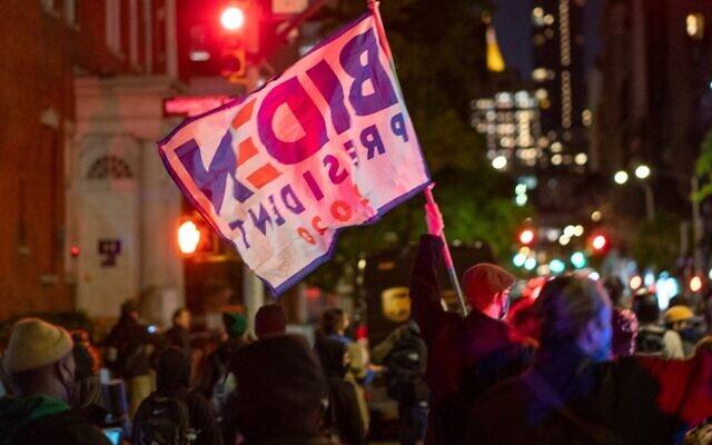 متظاهرون يخرجون إلى الشارع في الوقت الذي لا تزال فيه نتائج الانتخابات الرئاسية غير مؤكدة، 4 نوفمبر 2020، في مدينة نيويورك. (David Dee Delgado/Getty Images/AFP)