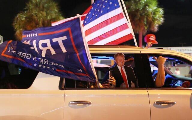أنصار الرئيس الأمريكي دونالد ترامب يمرون بالقرب من مطعم فرساي وهم ينتظرون نتائج الانتخابات الرئاسية في ميامي، فلوريدا، 3 نوفمبر 2020 (Joe Raedle/Getty Images/AFP)