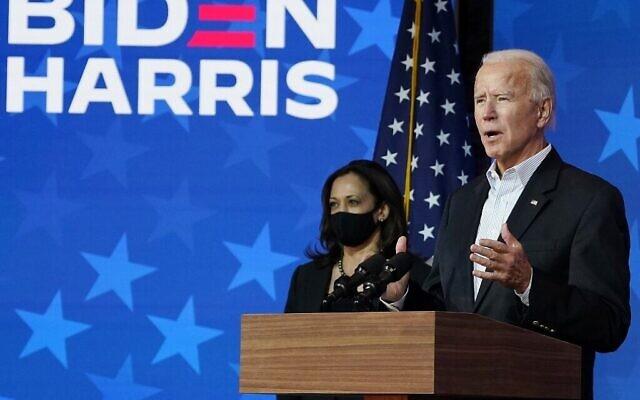 المرشح الديمقراطي للرئاسة جو بايدن يتحدث الى جانب نائبة الرئيس المنتخبة، السناتور كامالا هاريس من كاليفورنيا، في ويلمنجتون، ديلاوير، 5 نوفمبر 2020 (Drew Angerer/Getty Images/AFP)