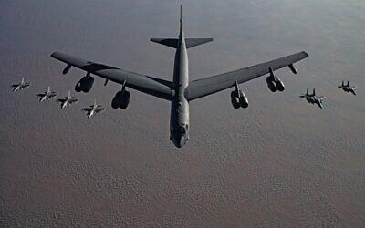 قاذفة ثقيلة من طراز B52 ، محاطة بطائرات مقاتلة، بطريقها إلى الشرق الأوسط في تهديد ضمني لإيران، 21 نوفمبر 2020 (US Air Force / Facebook)