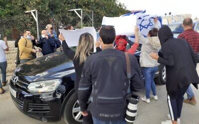 ممثل الاتحاد الأوروبي لدى الفلسطينيين سفين كون فون بورغسدورف محاط بنشطاء إسرائيليين خلال زيارة الى حي جفعات هاماتوس المثير للجدل في القدس الشرقية، 16 نوفمبر 2020 (Raphael Ahren / TOI)