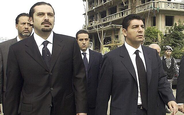 بهاء الحريري، يمين، وسعد الحريري، نجلا رئيس الوزراء اللبناني الراحل رفيق الحريري، يزوران مكان اغتيال والدهما في بيروت، لبنان، 19 فبراير 2005 (AP)