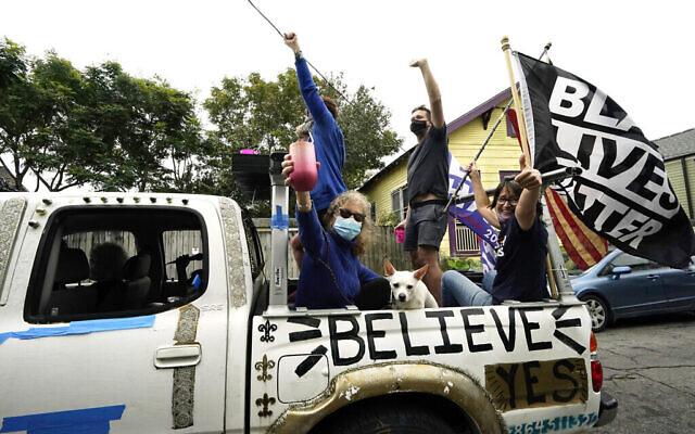 اشخاص يحتفلون في نيو أورلينز، بعد أن أعلنت وسائل الإعلام نتائج الانتخابات الرئاسية لصالح الرئيس المنتخب جو بايدن وزميلته في الترشح، نائبة الرئيس المنتخبة كامالا هاريس، 7 نوفمبر 2020 (AP Photo / Gerald Herbert)