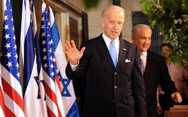 نائب الرئيس الأمريكي جوزيف بايدن يلوح بيده للصحافيين وهو في طريقه مع ورئيس الوزراء بنيامين نتنياهو للإدلاء بتصريحات للصحافة في القدس، 9 مارس، 2010. (AP Photo / Debbie Hill، Pool)