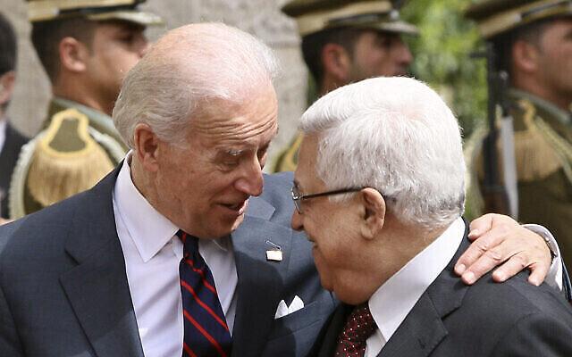 نائب الرئيس الأمريكي جوزيف بايدن (يسار) يتحدث مع رئيس السلطة الفلسطينية محمود عباس قبيل لقاءهما في مدينة رام الله بالضفة الغربية، 10 مارس، 2010. (AP Photo / Tara Todras-Whitehill)