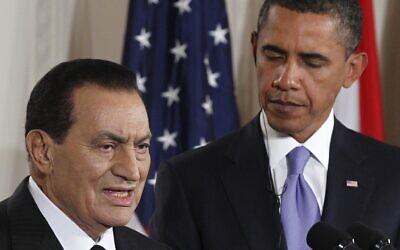 الرئيس الأمريكي انذاك باراك أوباما يستمع بينما يدلي الرئيس المصري حسني مبارك ببيان في الغرفة الشرقية للبيت الأبيض في واشنطن، 1 سبتمبر 2010 (Charles Dharapak / AP)