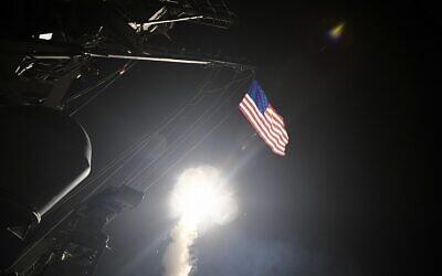 صورة توضيحية: في هذه الصورة التي قدمتها البحرية الأمريكية ، أطلقت مدمرة الصواريخ الموجهة يو إس إس بورتر (DDG 78) صاروخ توماهوك للهجوم الأرضي في البحر الأبيض المتوسط، 7 أبريل 2017 (Mass Communication Specialist 3rd Class Ford Williams/U.S. Navy via AP)