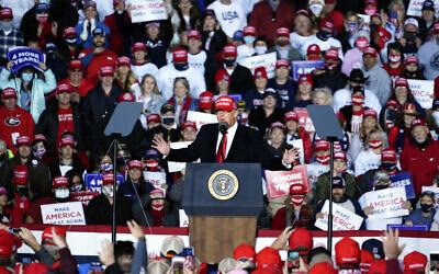 الرئيس الأمريكي دونالد ترامب يتحدث في تجمع انتخابي يوم 1 نوفمبر 2020، في مطار ريتشارد بي راسل في روما، جورجيا. (AP Photo / Brynn Anderson)