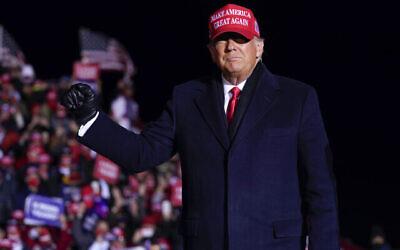 الرئيس الأمريكي دونالد ترامب يصل إلى تجمع انتخابي في مطار كينوشا الإقليمي، 2 نوفمبر 2020، في كينوشا، ويسكونسن (AP Photo / Evan Vucci)