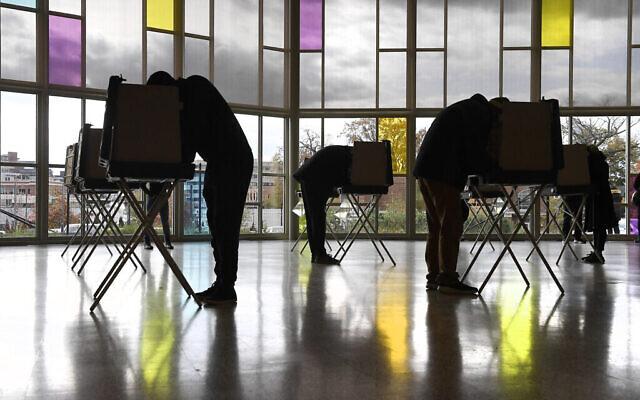 ناخبون يدلون بأصواتهم في الكنيسة المشيخية الأولى في يوم الانتخابات، الثلاثاء 3 نوفمبر، 2020، في ستامفورد، كونيتيكت. (AP / Jessica Hill)