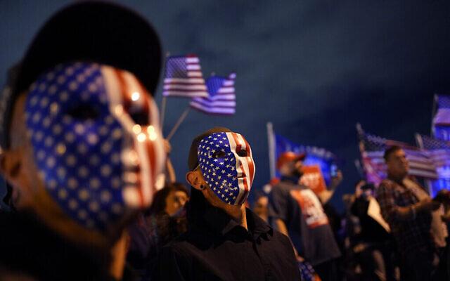 أنصار الرئيس الأمريكي دونالد ترامب يتظاهرون أمام دائرة انتخابات مقاطعة كلارك في شمال لاس فيغاس، نيفادا، 6 نوفمبر 2020 (AP Photo / John Locher)