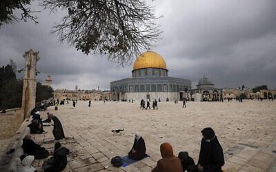 مسلمون يتجمعون لأداء صلاة الجمعة، بجوار مسجد قبة الصخرة في مجمع المسجد الأقصى في البلدة القديمة بالقدس، 6 نوفمبر، 2020. (AP Photo / Mahmoud Illean)