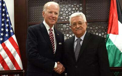 نائب الرئيس الأمريكي آنذاك جو بايدن، يسار، ورئيس السلطة الفلسطينية محمود عباس، يتصافحان في القصر الرئاسي في رام الله، الضفة الغربية، 9 مارس 2016 (Debbie Hill، Pool via AP)